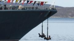 Как огромный корабль умудряется стоять при течении на относительно маленьком якоре