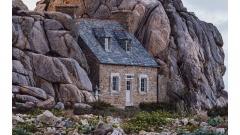 Замок Меур. Дом между скалами в деревне Плугрескан, Франция